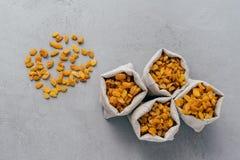 Γλυκές ξηρές σταφίδες hessian στους σάκους που απομονώνονται πέρα από το γκρίζο υπόβαθρο r Νόστιμος ξηρός - φρούτα για την πώληση στοκ φωτογραφία με δικαίωμα ελεύθερης χρήσης