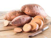 Γλυκές πατάτες στον παλαιό ξύλινο πίνακα στοκ φωτογραφία