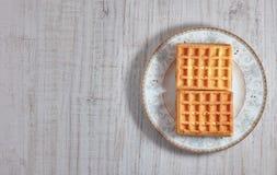 Γλυκές φρέσκες βιενέζικες βάφλες τοπ άποψης στο πιάτο που απομονώνεται στον ξύλινο πίνακα διάστημα αντιγράφων Ευρωπαϊκά για το πρ στοκ εικόνες με δικαίωμα ελεύθερης χρήσης