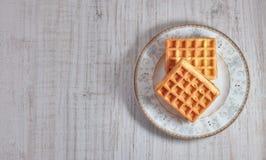 Γλυκές φρέσκες βιενέζικες βάφλες τοπ άποψης στο πιάτο που απομονώνεται στον ξύλινο πίνακα διάστημα αντιγράφων Ευρωπαϊκά για το πρ στοκ εικόνα με δικαίωμα ελεύθερης χρήσης