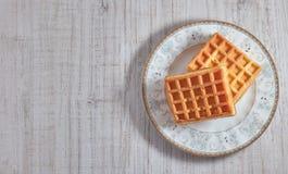 Γλυκές φρέσκες βιενέζικες βάφλες τοπ άποψης στο πιάτο που απομονώνεται στον ξύλινο πίνακα διάστημα αντιγράφων Ευρωπαϊκά για το πρ στοκ εικόνα