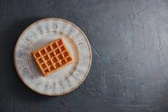 Γλυκές φρέσκες βιενέζικες γκοφρέτες τοπ άποψης σε ένα πιάτο που απομονώνεται στο μαύρο γραφείο διάστημα αντιγράφων Ευρωπαϊκά για  στοκ φωτογραφία με δικαίωμα ελεύθερης χρήσης