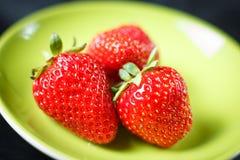 Γλυκές φρέσκες φράουλες σε ένα πράσινο πιάτο στοκ εικόνες με δικαίωμα ελεύθερης χρήσης