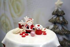 Γλυκιά ζάχαρη Άγιος Βασίλης και διακοσμημένα μπισκότα Χριστουγέννων Στοκ Εικόνες