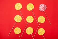Γλυκιά καραμέλα καραμέλας σε ένα κόκκινο υπόβαθρο Φωτεινά lollipops στοκ εικόνες με δικαίωμα ελεύθερης χρήσης