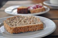 Γλυκιά μαρμελάδα φραουλών στη φέτα ψωμιού στοκ εικόνες με δικαίωμα ελεύθερης χρήσης