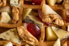 Γλυκιά σπιτική βελγική βάφλα με τα σταφύλια, τα ξύλα καρυδιάς και το τυρί Στοκ εικόνες με δικαίωμα ελεύθερης χρήσης