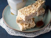 Γλυκοί ξεφγμένοι φραγμοί ρυζιού με την καραμέλα Στοκ εικόνες με δικαίωμα ελεύθερης χρήσης