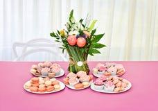 Γλυκοί πίνακας και ανθοδέσμη των λουλουδιών Στοκ Φωτογραφία