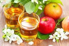 Γλυκοί χυμός μήλων, μήλα και λουλούδια στον πίνακα Στοκ φωτογραφία με δικαίωμα ελεύθερης χρήσης