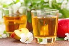 Γλυκοί χυμός μήλων, μήλα και λουλούδια στον πίνακα Στοκ φωτογραφίες με δικαίωμα ελεύθερης χρήσης