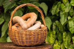 Γλυκοί ώριμοι tamarinds και σπόροι στο καλάθι Στοκ Φωτογραφίες