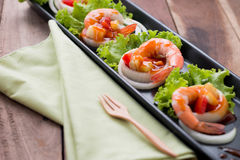 Γλυκόπικρες γαρίδες, κοκτέιλ γαρίδων στο μακρύ τετραγωνικό πιάτο και wo Στοκ φωτογραφίες με δικαίωμα ελεύθερης χρήσης