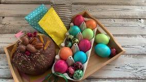 Γλυκός πίνακας Πάσχας, με τα χρωματισμένα αυγά απόθεμα βίντεο