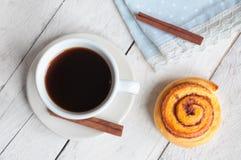 Γλυκός ρόλος κανέλας με τον καφέ Στοκ εικόνες με δικαίωμα ελεύθερης χρήσης