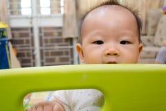 Γλυκό ασιατικό μωρό που παίζει το εσωτερικό έδαφος παιχνιδιού στοκ φωτογραφία
