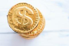 Γλυκό δολάριο νομισμάτων σε ένα ξύλινο άσπρο υπόβαθρο Στοκ φωτογραφίες με δικαίωμα ελεύθερης χρήσης
