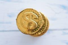 Γλυκό δολάριο νομισμάτων σε ένα ξύλινο άσπρο υπόβαθρο Στοκ Εικόνες