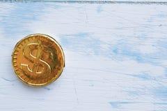 Γλυκό δολάριο νομισμάτων σε ένα ξύλινο άσπρο υπόβαθρο Στοκ εικόνα με δικαίωμα ελεύθερης χρήσης