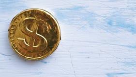 Γλυκό δολάριο νομισμάτων σε ένα ξύλινο άσπρο υπόβαθρο Στοκ φωτογραφία με δικαίωμα ελεύθερης χρήσης