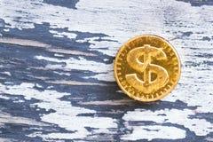 Γλυκό δολάριο νομισμάτων σε ένα ξύλινο γκρίζο υπόβαθρο Στοκ Εικόνες