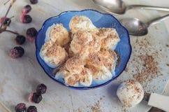 Γλυκό επιδόρπιο παγωμένων των παγωτό βακκινίων σε ένα μπλε γυαλί klemanke Στοκ Εικόνες