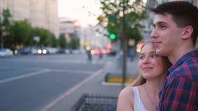 Γλυκό ζεύγος που μιλά την εφηβική σχέση αγάπης απόθεμα βίντεο