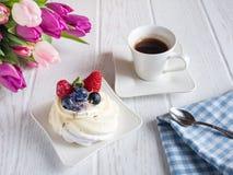 Γλυκό κέικ με τα λουλούδια καφέ και υάκινθων στον πίνακα στοκ εικόνες με δικαίωμα ελεύθερης χρήσης
