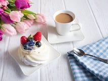 Γλυκό κέικ με τα λουλούδια καφέ και υάκινθων στον πίνακα στοκ εικόνες