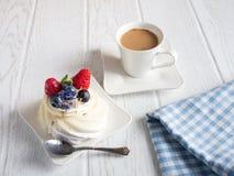 Γλυκό κέικ με τα λουλούδια καφέ και υάκινθων στον πίνακα στοκ εικόνα με δικαίωμα ελεύθερης χρήσης