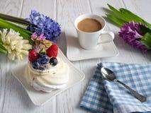 Γλυκό κέικ με τα λουλούδια καφέ και υάκινθων στον πίνακα στοκ φωτογραφία με δικαίωμα ελεύθερης χρήσης