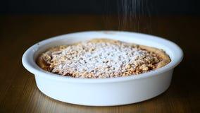 Γλυκό κέικ με τη μαρμελάδα με κεραμική μορφή απόθεμα βίντεο