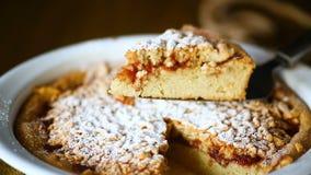 Γλυκό κέικ με τη μαρμελάδα με κεραμική μορφή φιλμ μικρού μήκους