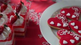 Γλυκό κέικ με τις φράουλες και τα μπισκότα υπό μορφή καρδιάς απόθεμα βίντεο