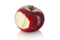Γλυκό και φρέσκο κόκκινο μήλο με ένα δάγκωμα που λαμβάνεται έξω Στοκ εικόνα με δικαίωμα ελεύθερης χρήσης