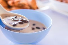 Γλυκό κολλώδες ρύζι & μαύρα φασόλια στο γάλα καρύδων Στοκ Φωτογραφίες