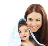 Γλυκό λίγο μωρό με τη μητέρα στοκ εικόνες