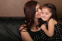 γλυκό μητέρων στιγμής κορών στοκ εικόνες με δικαίωμα ελεύθερης χρήσης