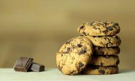 γλυκό μπισκότων σοκολάτ&alph Ξύλινη ανασκόπηση Κλείστε επάνω την όψη Στοκ φωτογραφίες με δικαίωμα ελεύθερης χρήσης