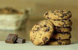 γλυκό μπισκότων σοκολάτ&alph Ξύλινη ανασκόπηση Κλείστε επάνω την όψη Στοκ Εικόνες