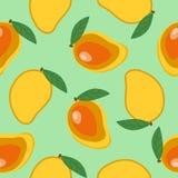 Γλυκό ολόκληρο μάγκο και μάγκο περικοπών με το καλοκαίρι φρούτων φύλλων τροπικό Στοκ φωτογραφία με δικαίωμα ελεύθερης χρήσης