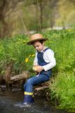 Γλυκό παιδί, που παίζει σε λίγο ποταμό με τους νεοσσούς Στοκ φωτογραφία με δικαίωμα ελεύθερης χρήσης