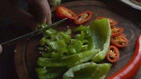 Γλυκό πιπέρι και τσίλι σε έναν τέμνοντα πίνακα βίντεο φιλμ μικρού μήκους