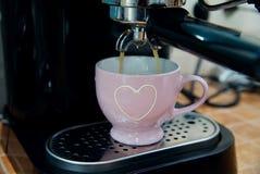 Γλυκό Σαββατοκύριακο πρωινού στο σπίτι - κλείστε επάνω του espresso έκχυσης μηχανών καφέ με το μαλακό υπόβαθρο Στοκ Εικόνες