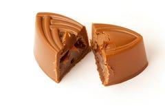 Γλυκό σοκολάτας που κόβεται σε δύο μέρη Στοκ Εικόνα