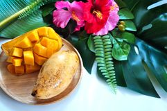 Γλυκό ταϊλανδικό μάγκο στο ξύλινο πιάτο στοκ εικόνες