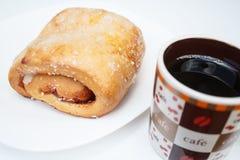 Γλυκό ψωμί με την πλήρωση κολλών γκοϋαβών Εξυπηρετημένος με τον καφέ, σε ένα άσπρο πιάτο στοκ εικόνα