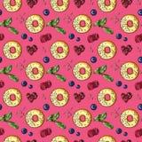 Γλυκό doughnut με το φρέσκο άνευ ραφής σχέδιο μούρων στο ροζ ελεύθερη απεικόνιση δικαιώματος