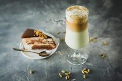 Γλυκό milkshake με το κέικ σοκολάτας επιδόρπια νόστιμα στοκ εικόνες