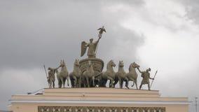 Γλυπτά ιππικού στο κτήριο Γενικού Επιτελείου στο τετράγωνο παλατιών σε Άγιο Πετρούπολη, Ρωσία απόθεμα βίντεο